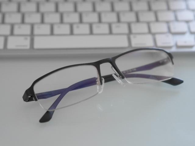 ブルーライト対策で目への影響を伏せぐメガネ